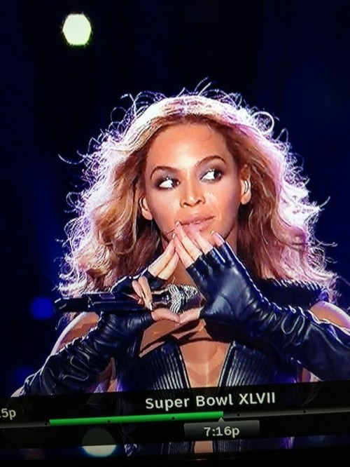 341338-beyonc-flashes-illuminati-symbol-at-super-bowl