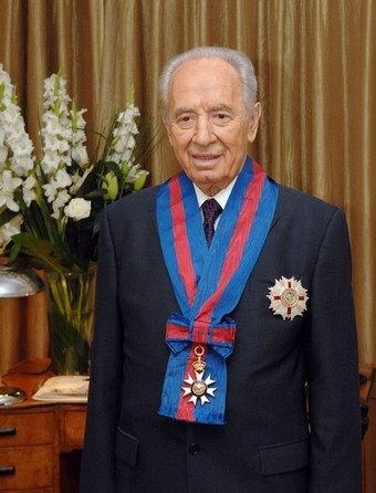shimon-peres-wears-the-honourary-knight-commanders-order-of-st-michael-and-st-george