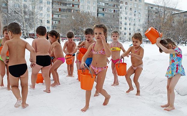 تقوية مناعة الاطفال بدرجة حرارة 20 تحت الصفر في سيبيريا kindergarten-freeze.