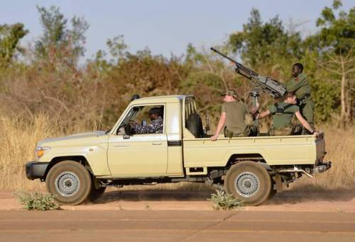 French troops seek to halt Islamist rebels' advance in Mali