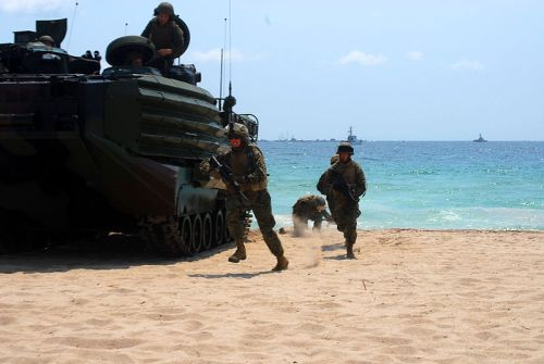 US_Navy_070505-N-4014G-161_Marines_from_2nd_Amphibious_Assault_Battalion_of_Marine_Expeditionary_Unit_(MEU)_22_storm_the_beach_during_a_mock_beach_invasion_during_the_2007_McDonald^rsquo,s_Air_and_Sea_Show